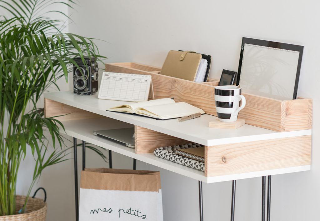 bureau en bois clair et plateau blanc fait maison